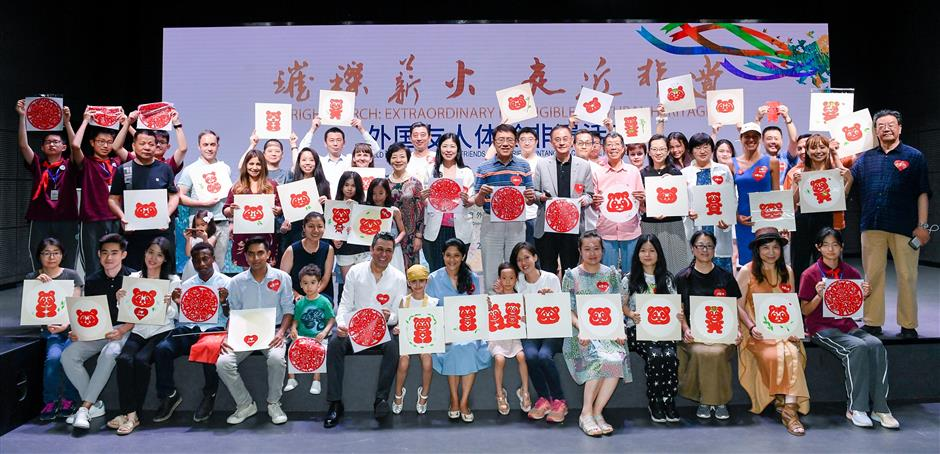 Expats learn the intangible cultural heritage skill of paper tearing