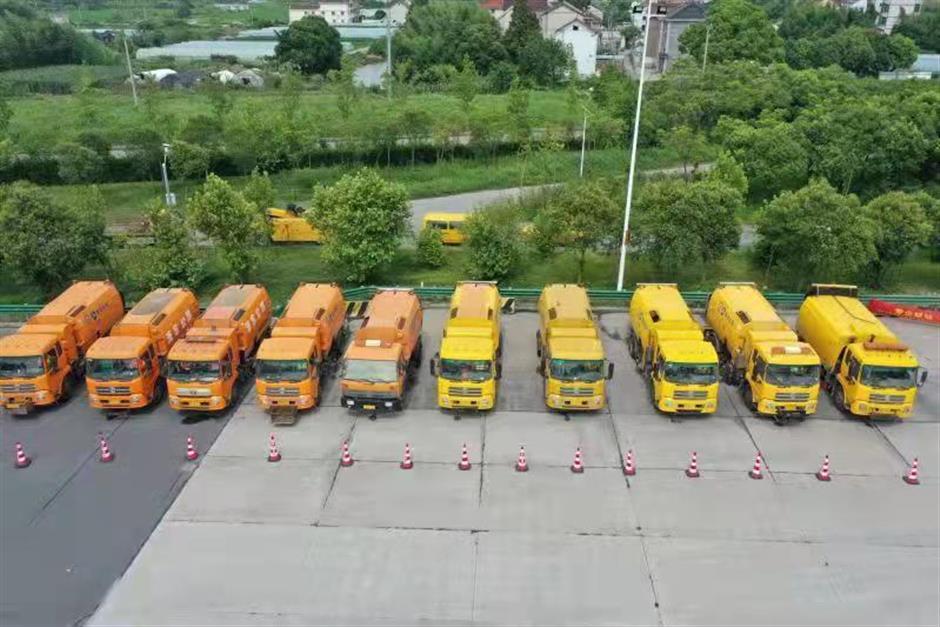 Road maintenance vehicles ahead! Navigation app alerts