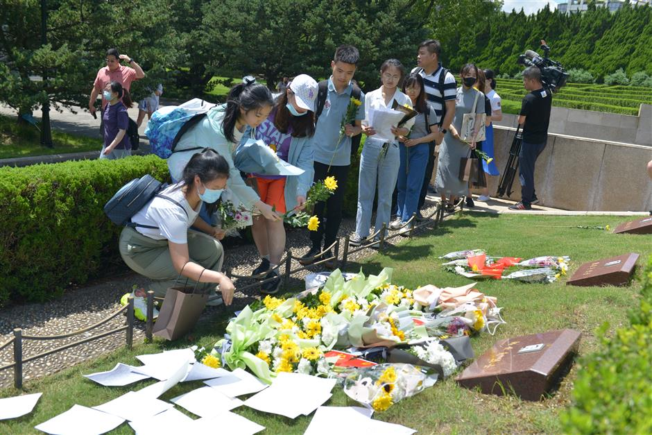 Mourners pay tribute to fallen hero on death anniversary
