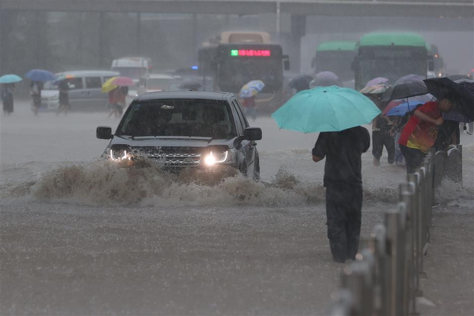 Heavy rain in central China cause massive disruptions