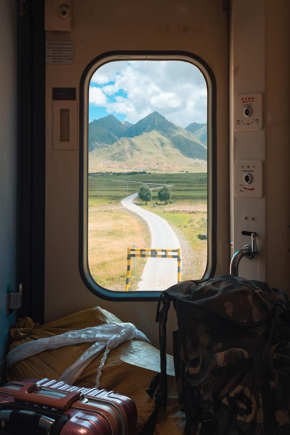 Train cars become windows on the natural beauty of China