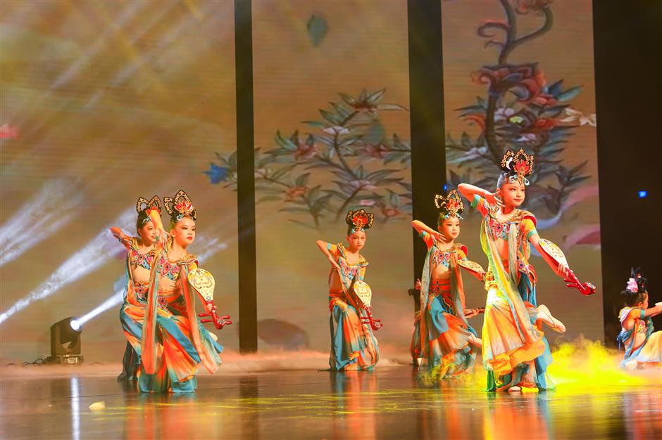 Young singers and dancers light up Wanping Theater