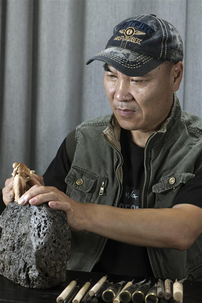 Wooden sculptor revives traditional Chinese art