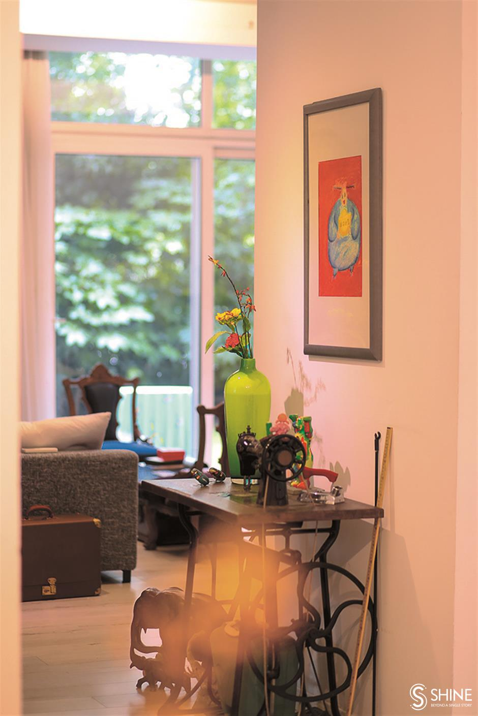 A colorful personality transforms the apartment into a