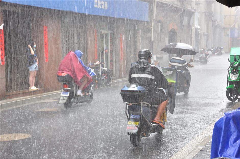 Schools, scenic spots to shut as Typhoon Chanthu approaches Shanghai