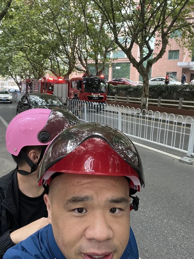 English-fluent ride-hailing motorcyclist wows netizens